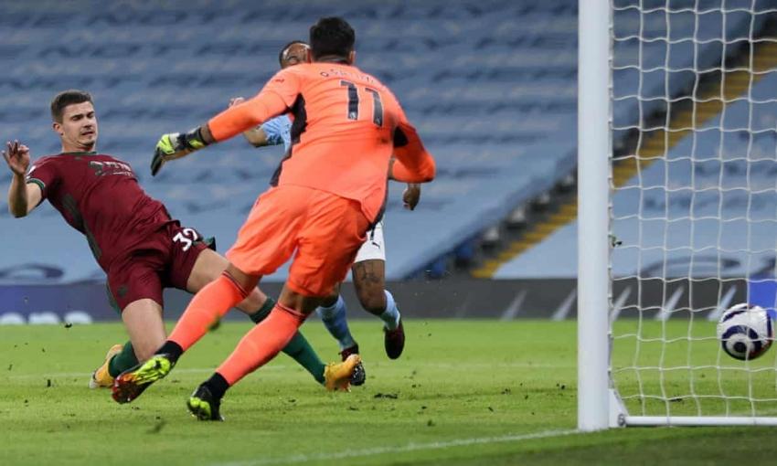 Man City thi đấu như dạo chơi trong hiệp một