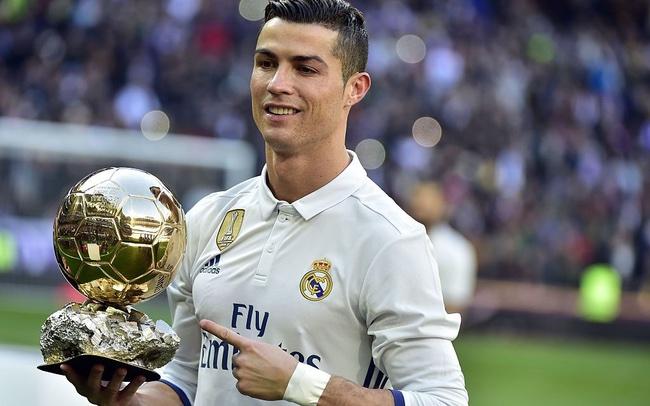 Cristiano Ronaldo nhận quả bóng vàng