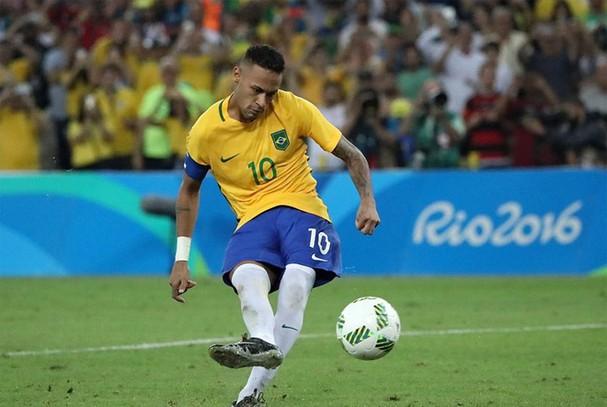 Cú sút phạt đi vào lịch sử Brazil
